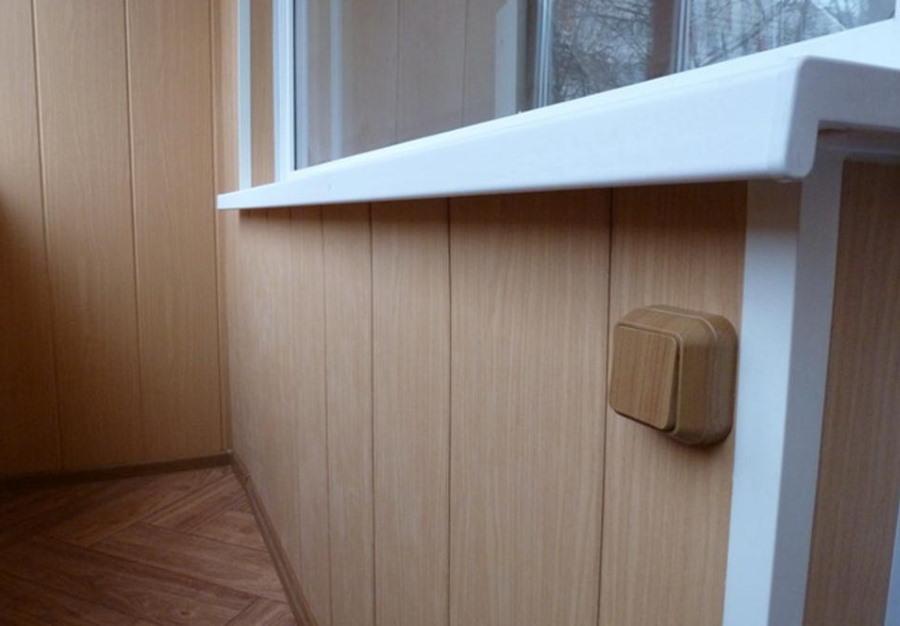 Выключатель освещения на пластиковой отделке балкона