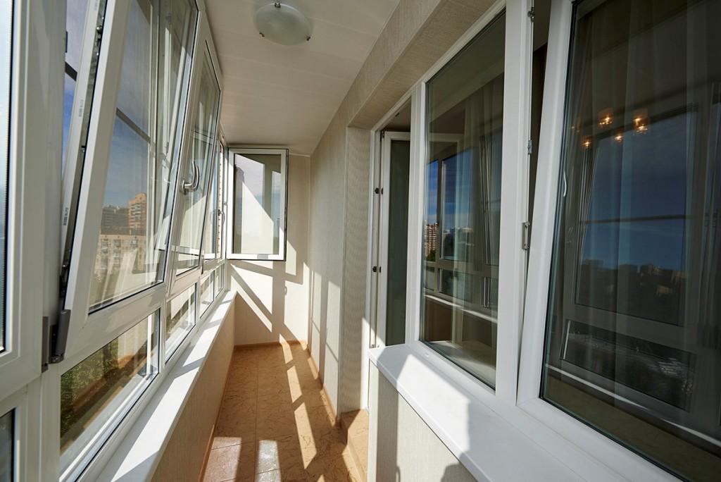Откидная створка на узком балконе