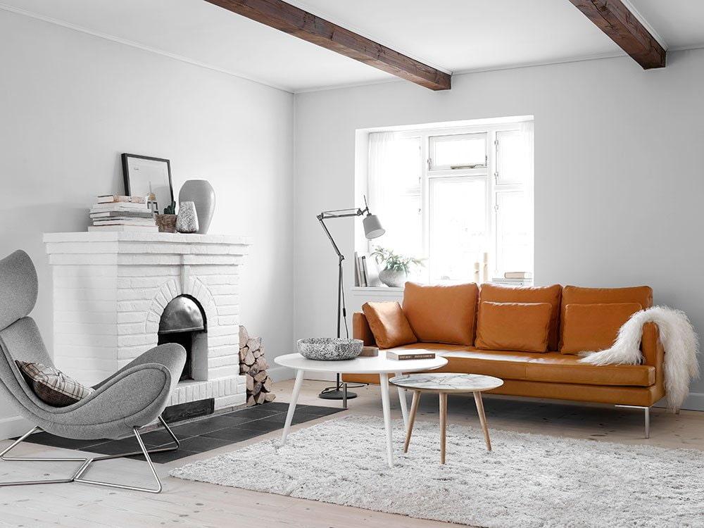 Светлый палас на полу гостиной с камином