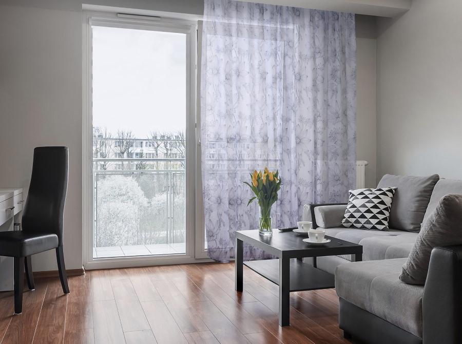 Панорамное остекление балконной двери в гостиной