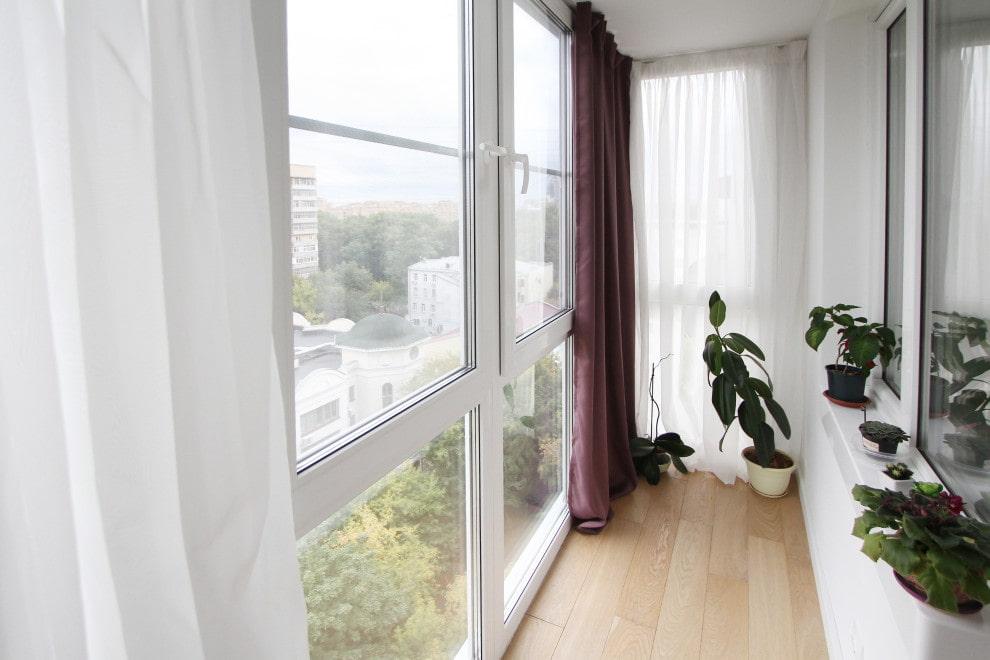Шторы до пола на панорамных окнах узкого балкона