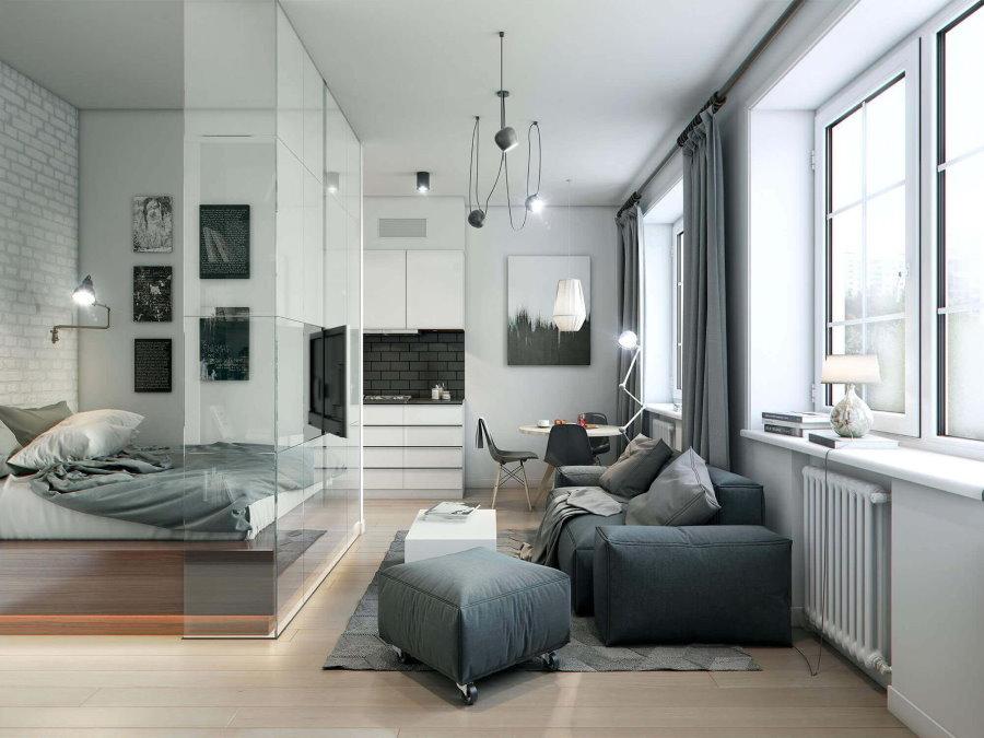 Стеклянная перегородка в просторной квартире студии
