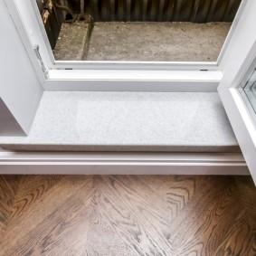 Пластиковый порожек перед дверью на балконе