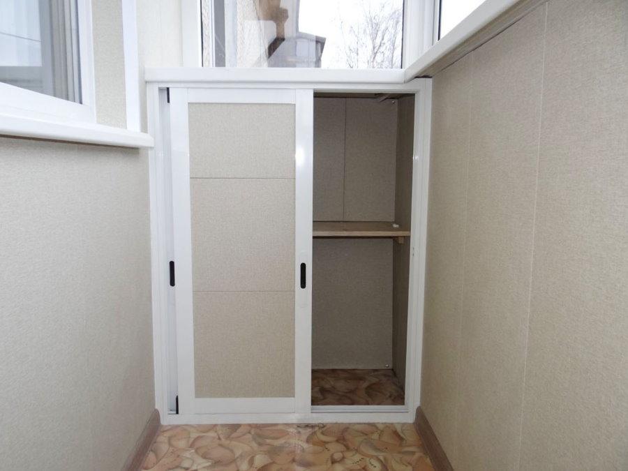 Небольшой шкафчик на балконе в квартире