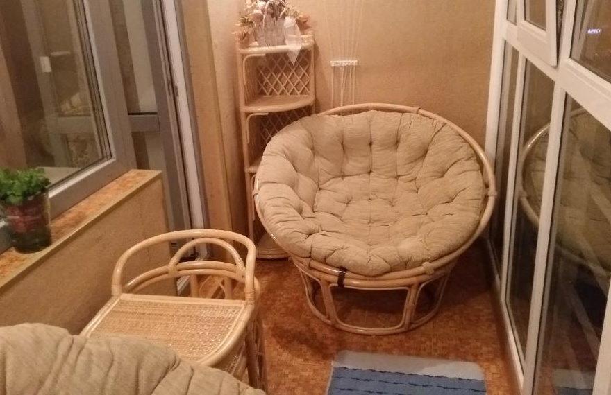 Удобное кресло на балконе с алюминиевыми окнами