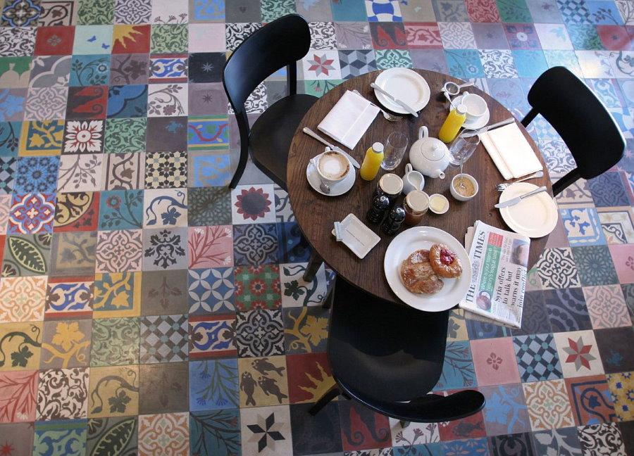 Разноцветная плитка в обеденной части гостиной