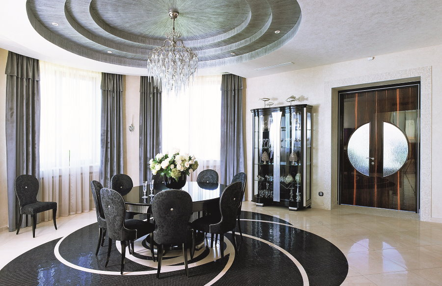 Черная плитка в качестве акцента в гостиной с эркером