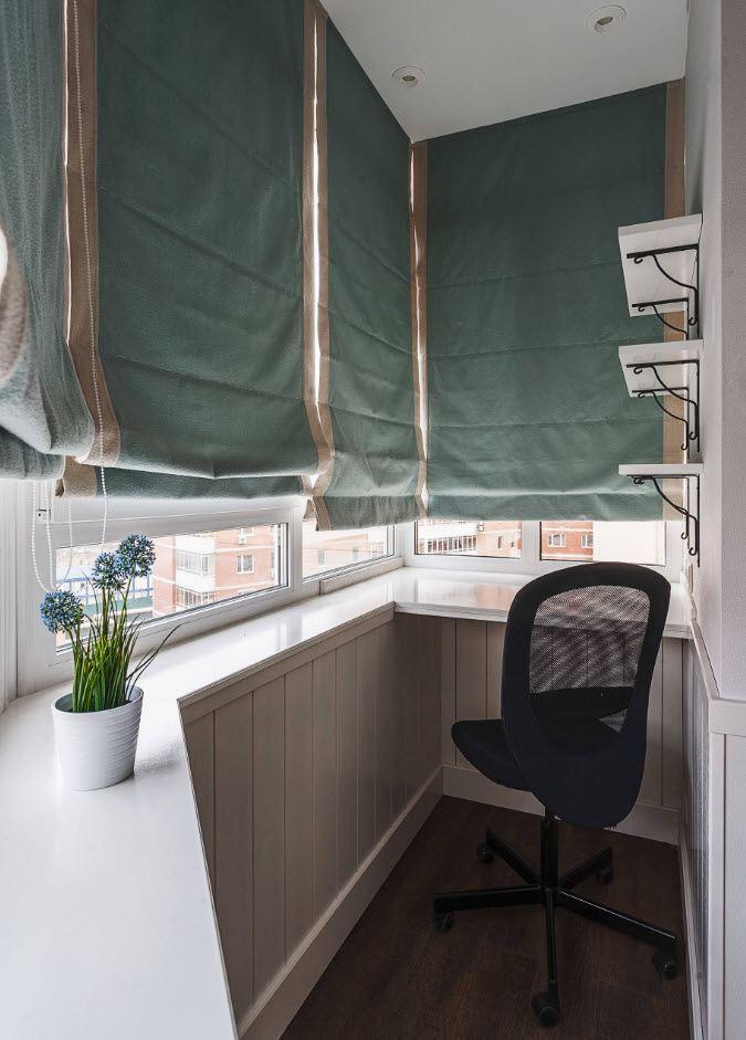 Римские шторы из плотной ткани на балконе