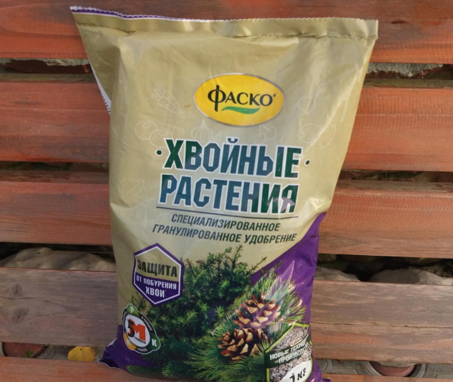 Пакет с удобрением для хвойных растений от фирмы Фаско