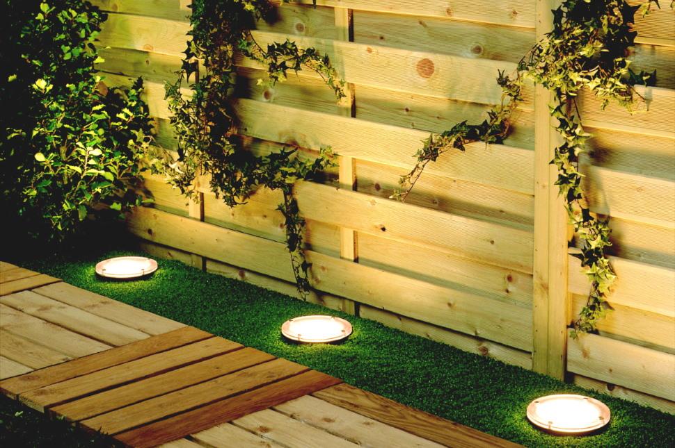 Использование грунтовых светильников для подсветка забора