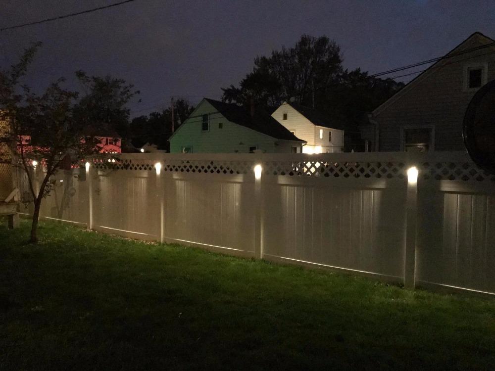 Ночная подсветка дачного забора из дерева