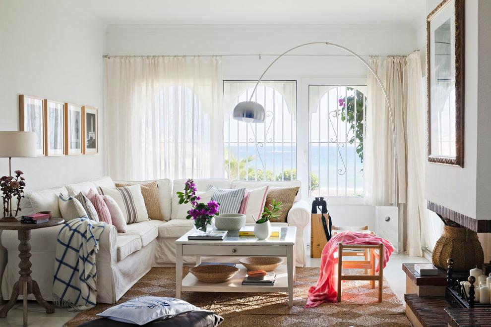 Угловой диван с подушками в светлой гостиной