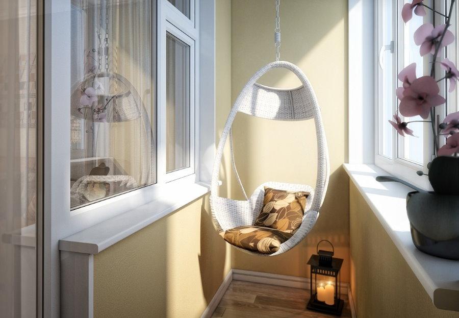 Белое подвесное кресло на узком балконе