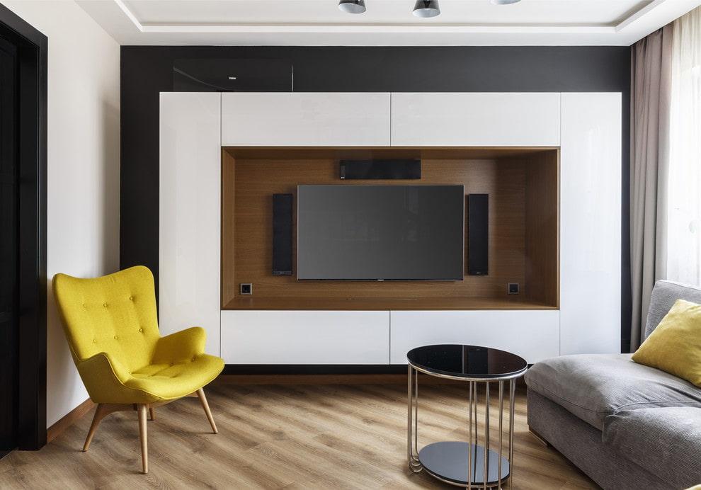 Настенные шкафы вокруг телевизионной панели в зале