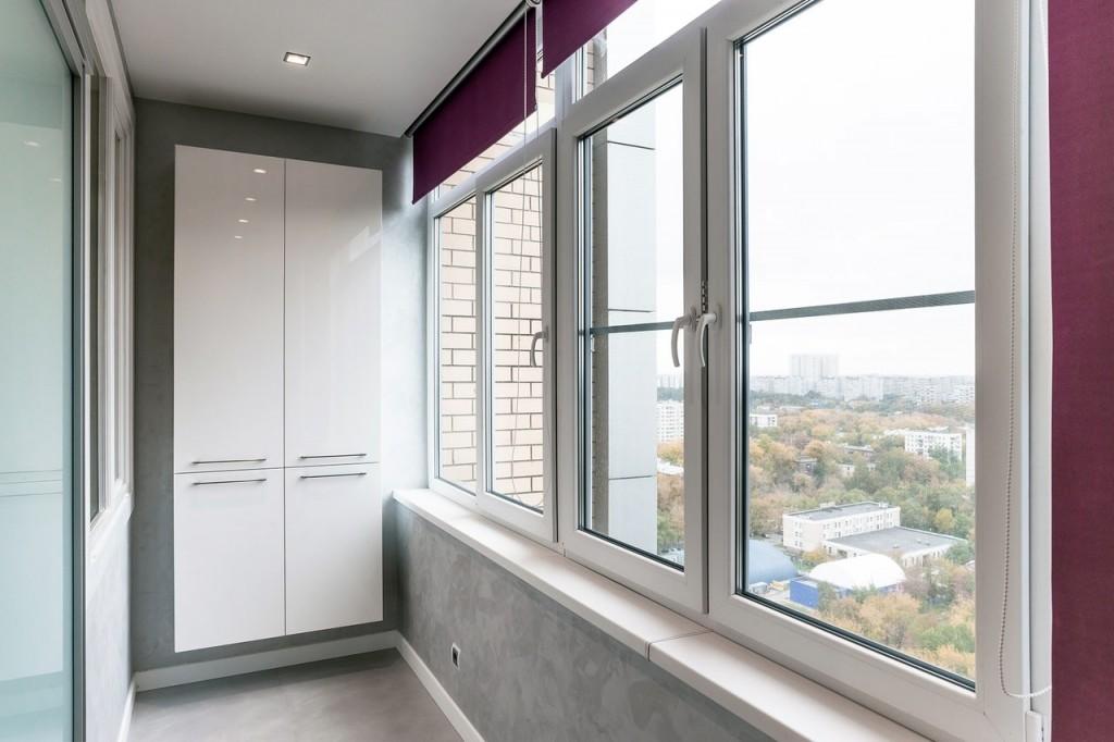 Подвесной шкаф на балконе с ПВХ-окнами