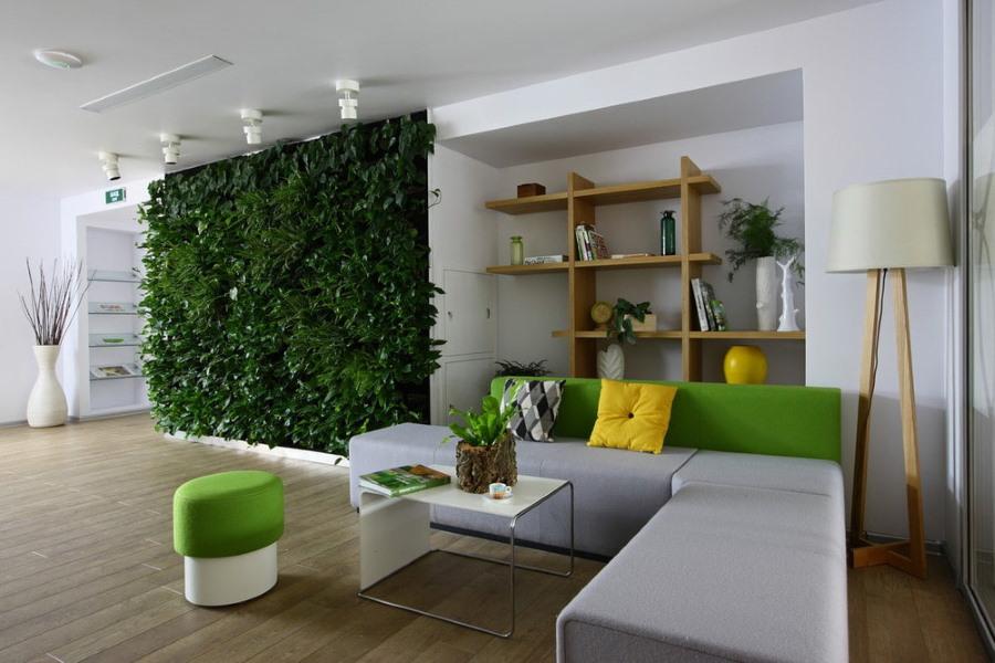 Живая стена в гостиной экологического стиля