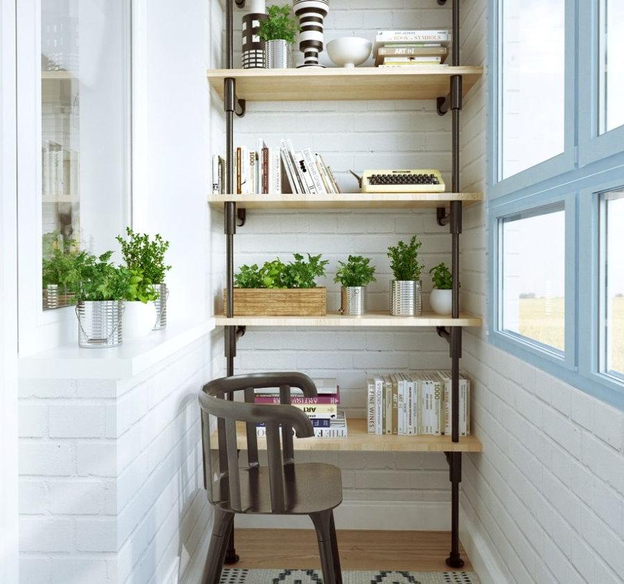 Практичные полочки на небольшом балконе