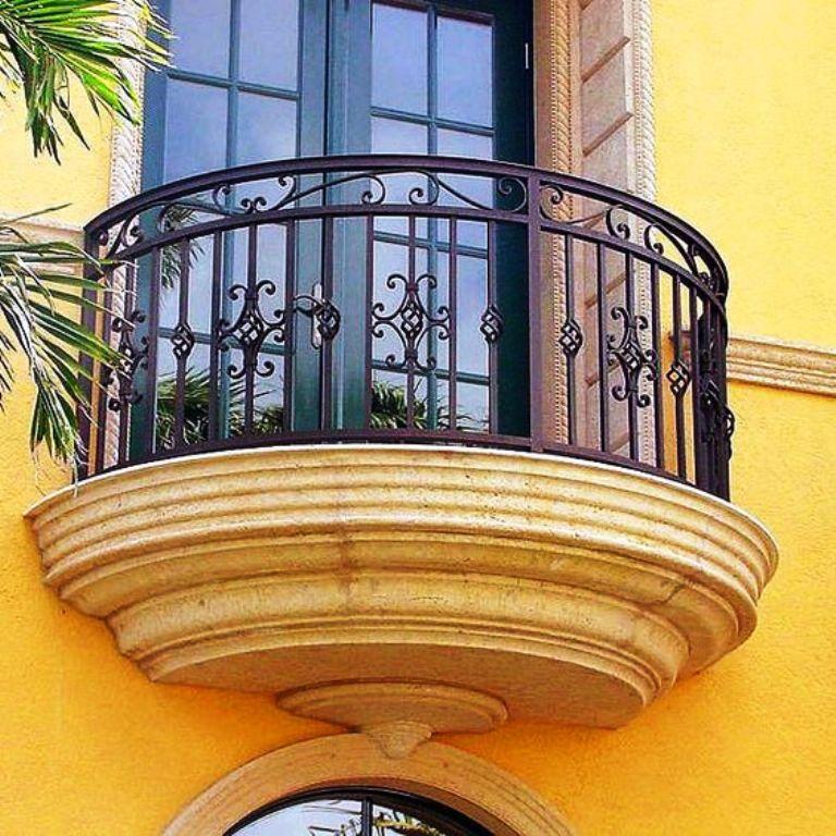 Кованные перила на балконе полукруглой формы