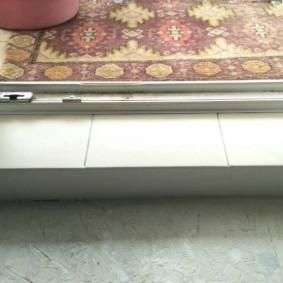 Однотонная керамическая плитка на пороге балкона