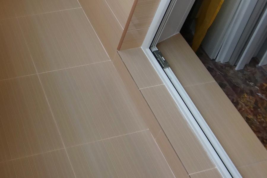 Порог на балконе из светло-коричневой плитки