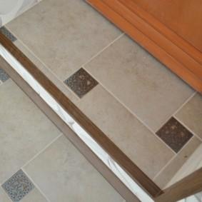 Мозаичная укладка плитки на балконном пороге