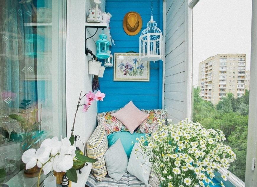 Полевые цветы на балконе в деревенском стиле