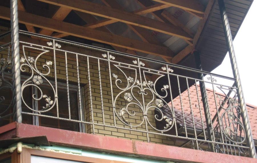 Кованный балкон с прямым ограждением