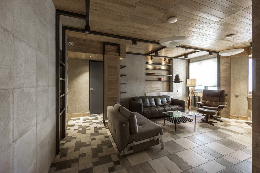 Деревянный потолок в гостиной с керамическим полом