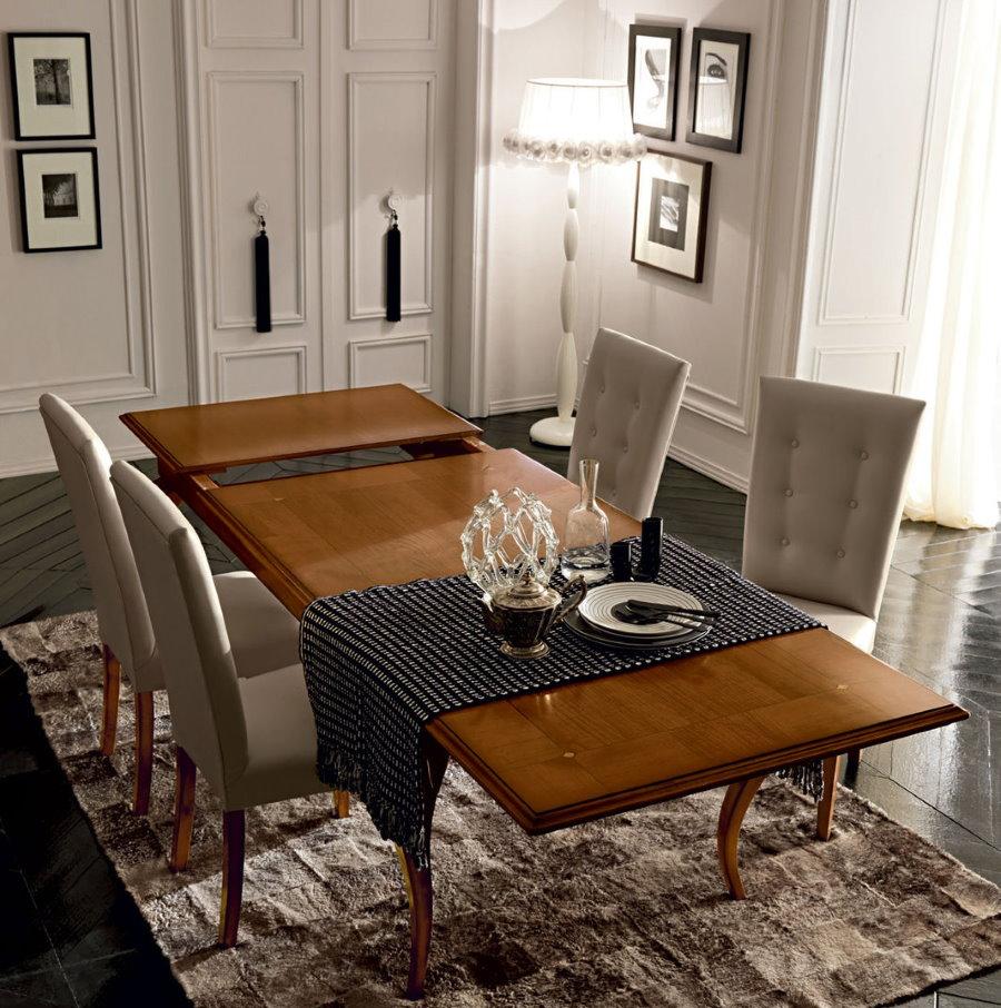Большой обеденный стол в гостиной комнате