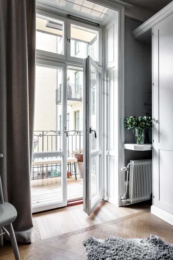 Пластиковая балконная дверь в сталинке