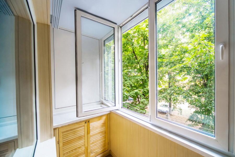 Открыта створка распашного ПВХ-окна на балконе