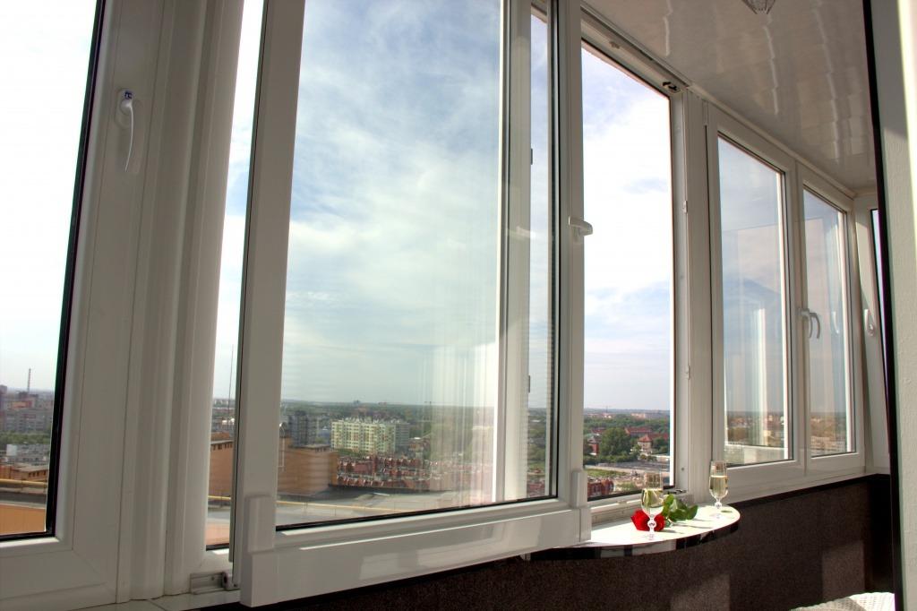 Выдвижная створка пластикового окна на лоджии