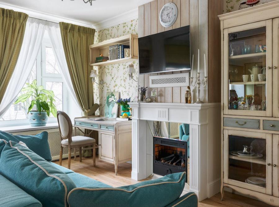 Домашний офис в гостиной с камином