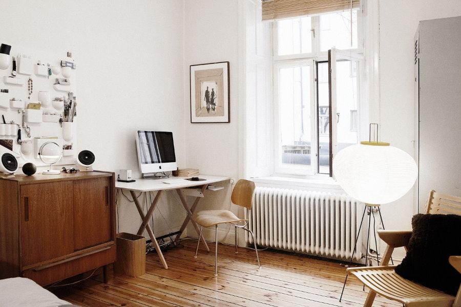 Небольшой столик для работы в светлой гостиной