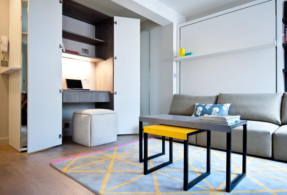 Рабочее место в шкафу в однокомнатной квартире