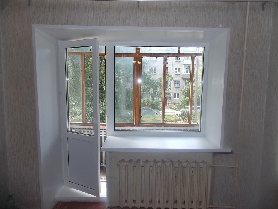 Распашная дверь на балконе первого этажа