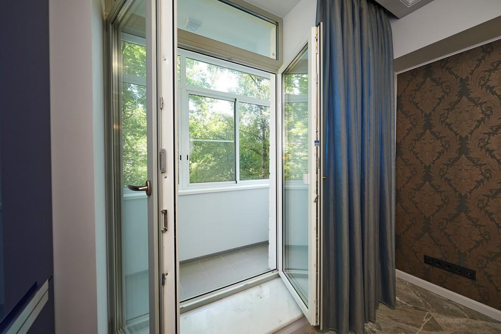 Двойная распашная дверь в спальне с лоджией
