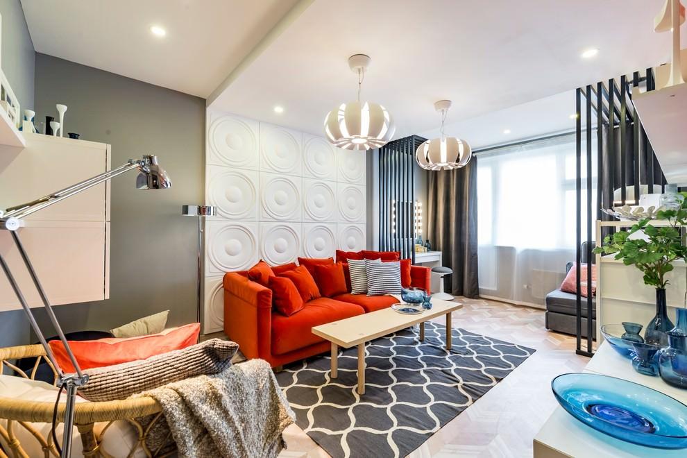 Красный диван у стены с 3D-панелями