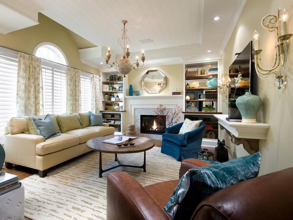 Удачное расположение мебели в гостиной с камином