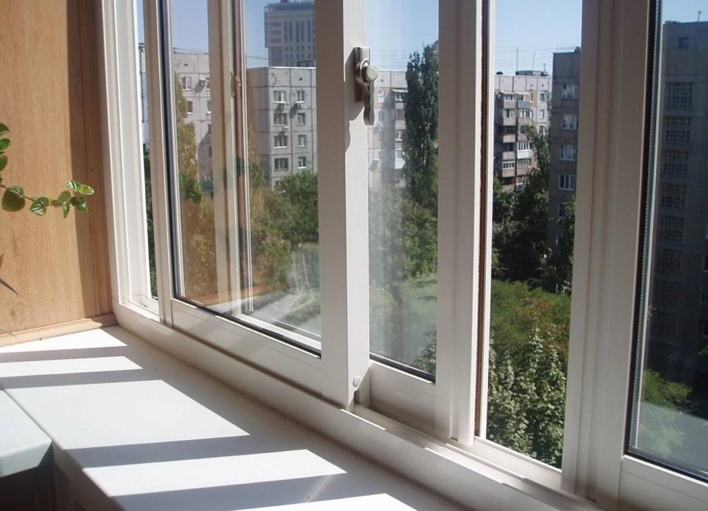 Раздвижная алюминиевая система на застекленном балконе