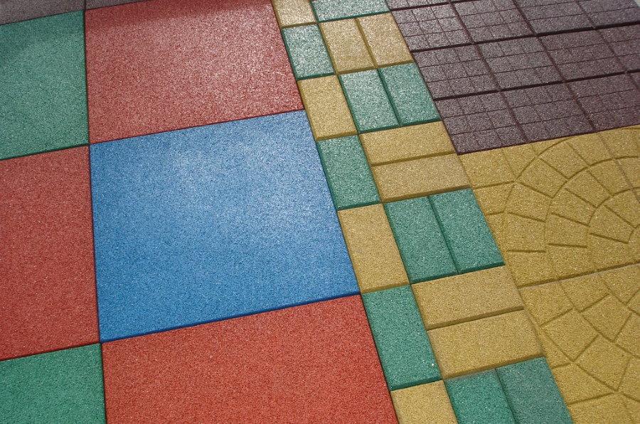 Резиновая плитка разнообразной расцветки и формы