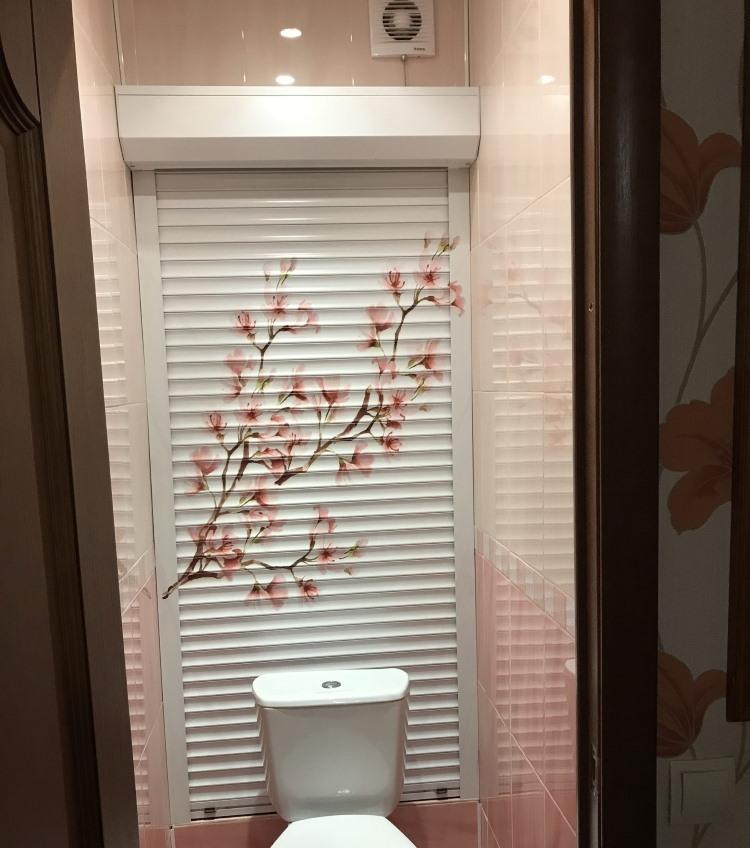 Рольставни из металла на задней стенке туалета