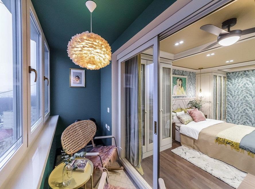 Раздвижные стеклянные двери между спальней и лоджией