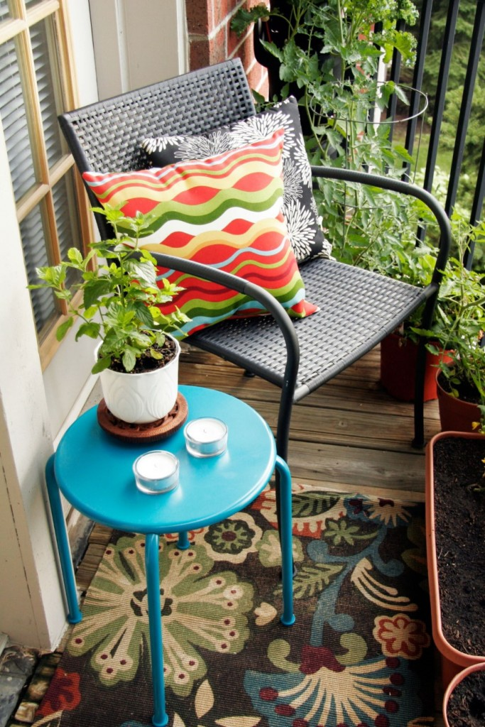 Углок для отдыха на маленьком балконе без окон