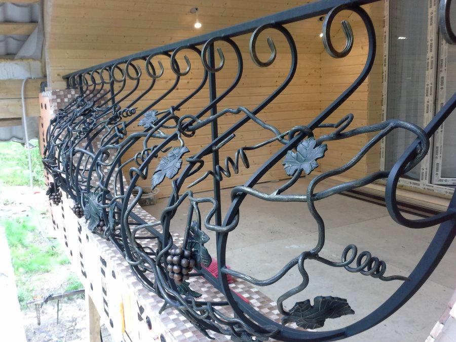Кованные перила ручной работы на балконе