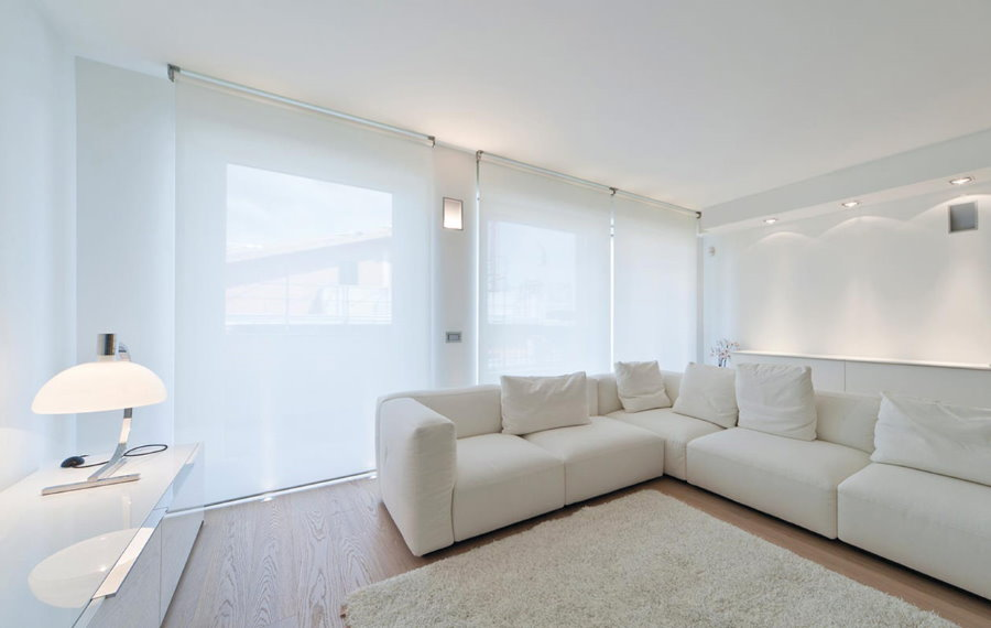 Белые рулонные шторы в светлой гостиной
