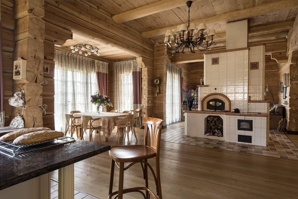 Русская печь в гостиной комнате дома из бруса