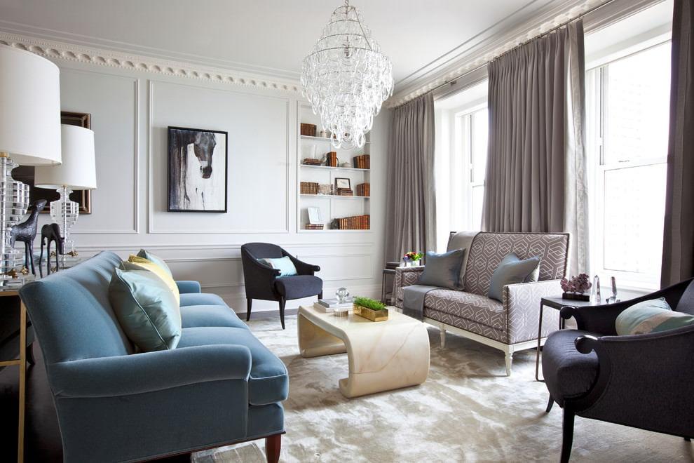 Серые шторы в гостиной с двумя диванами