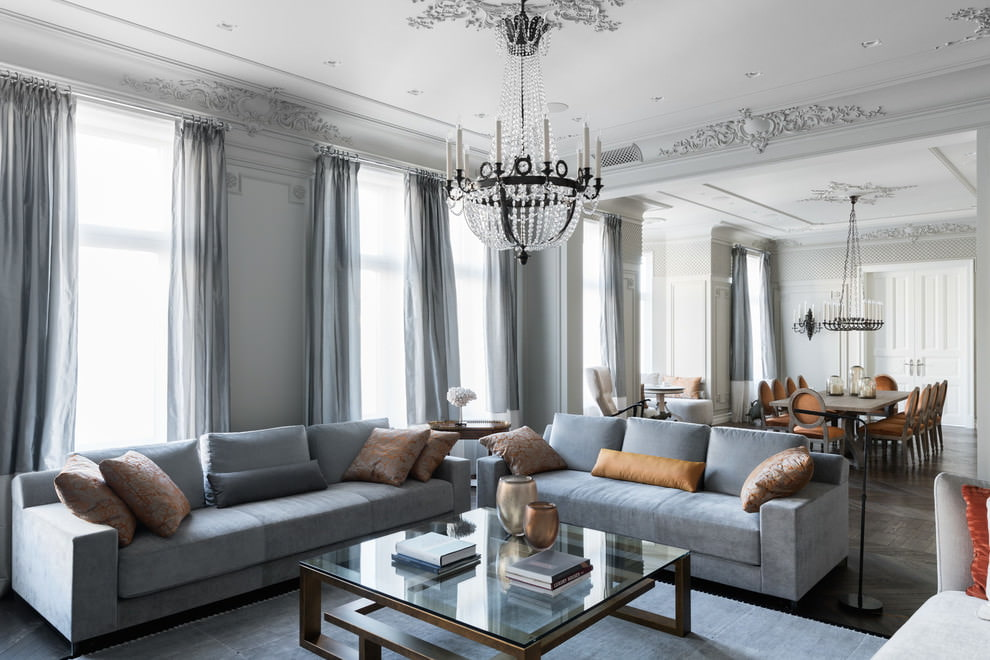 Оформление окон гостиной занавесками серого цвета