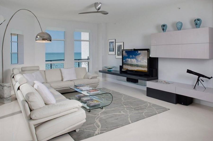 Серый ковер в гостиной современного стиля